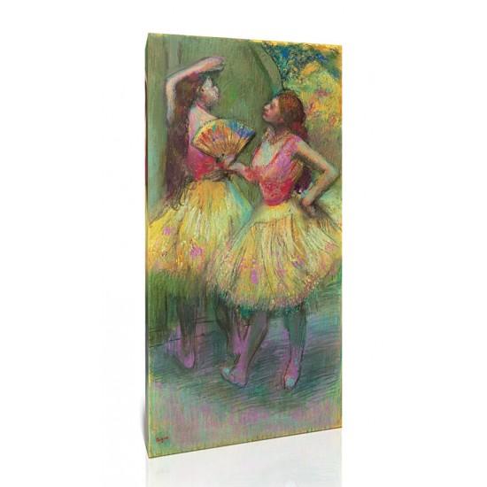 שתי רקדניות לפני העליה לבמה