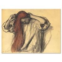 אישה מסדרת את שערה