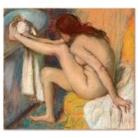 אישה מנגבת את כף רגלה