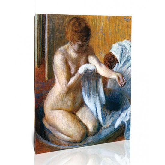 אישה מתנגבת באמבט