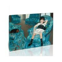 ילדה צעירה על כורסה כחולה