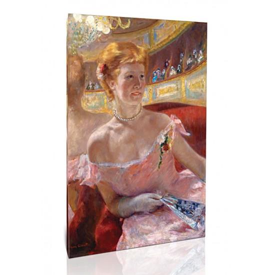 אישה עם מחרוזת פנינים יושבת בתא