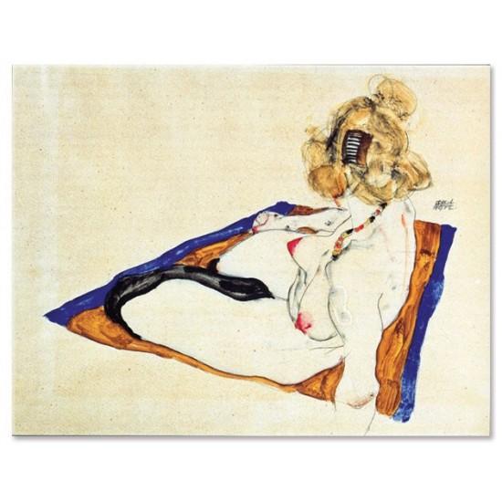 דוגמנית בלונדינית יושבת על בד חום
