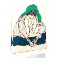 אישה שפופה עם מטפחת ירוקה