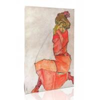 אישה כורעת בשמלה כתומה-אדומה