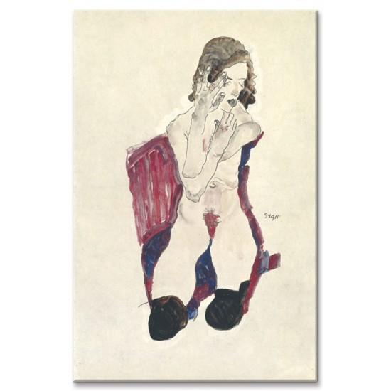 ילדה יושבת בגרביים שחורות וידיים מקופלות
