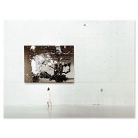 אישה בוחנת תמונת אבסטרקט