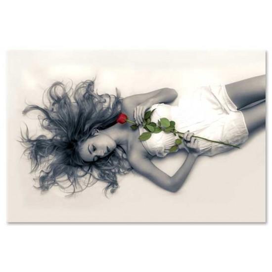 נערה עם ורד