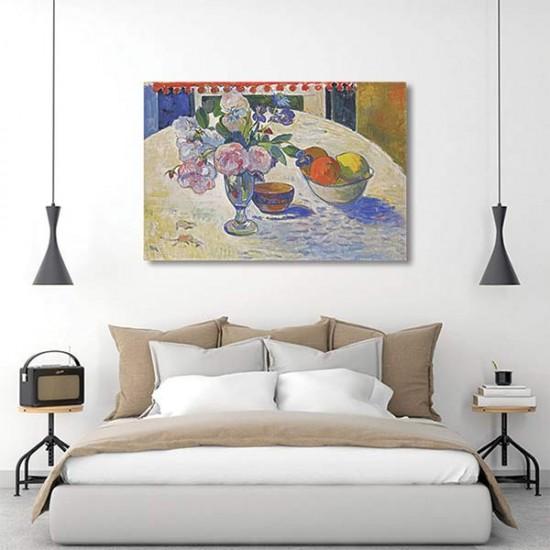 פרחים וקערת פירות על שולחן