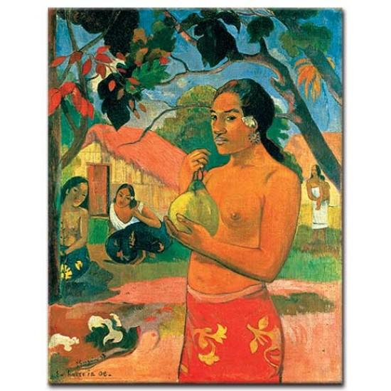 אישה מחזיקה פרי